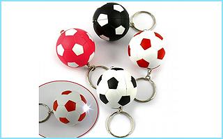 Ein cooler Fußball-Schlüsselanhänger als Giveaway für Eure Fußball-Mottoparty zum Geburtstag