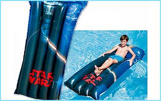 Eine coole Star Wars-Luftmatratze mit Darth Vader drauf