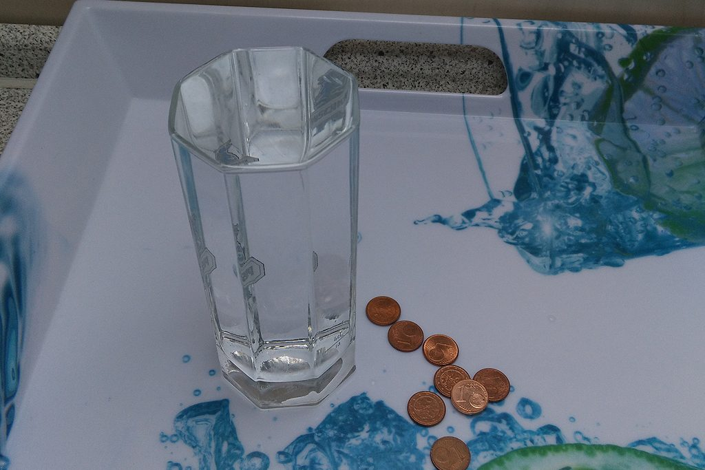 Bild 1: Wessen Münze bringt das Glas zum Überlaufen?