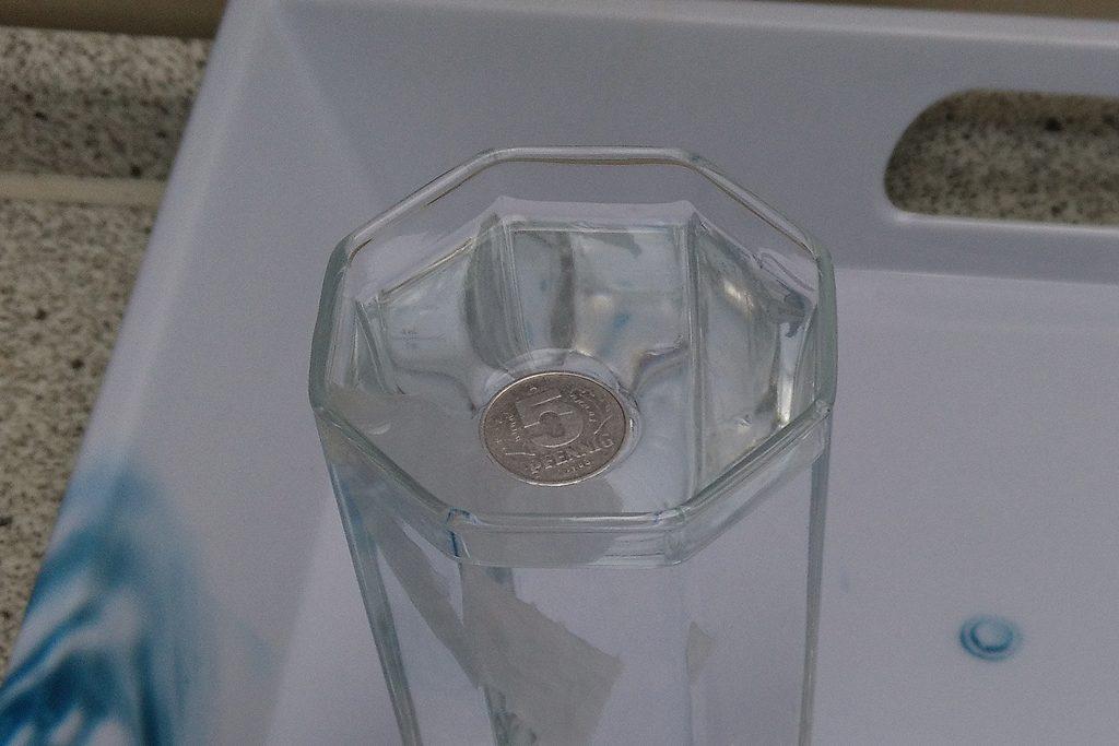 Bild 2: Die Münze schwimmt wie von Zauberhand auf der Wasseroberfläche